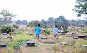 these-kids-live-in-an-indonesian-graveyard-body-image-1415755853-size_1000